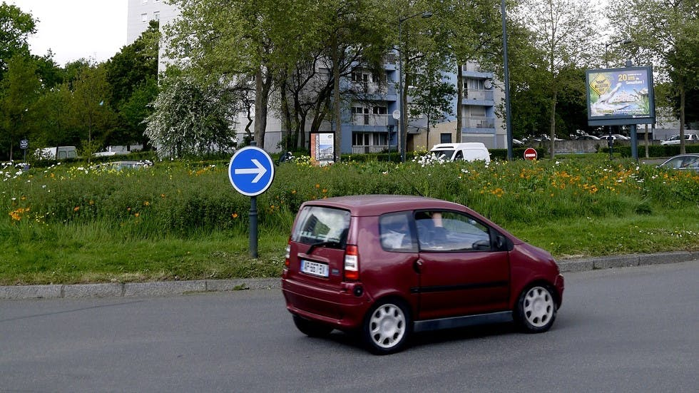 Voiturette circulant au niveau d'un carrefour à sens giratoire