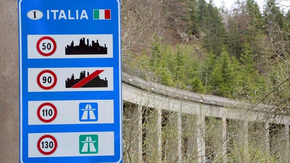 Panneau de limitations de vitesse a la frontiere italienne