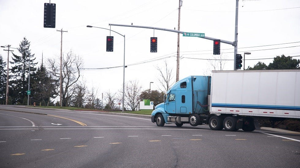 Porte-a-faux des vehicules lourds impactant leurs changements de direction
