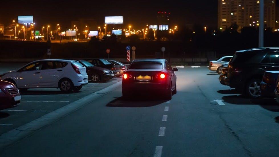 Recherche d'une place de stationnement de nuit dans un parking