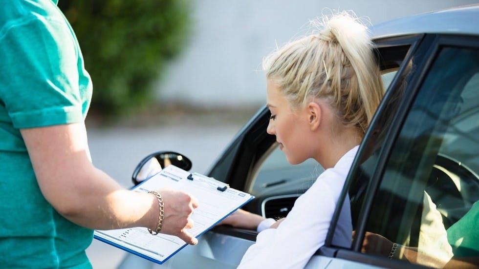 Candidate au permis de conduire regardant les resultats de son examen blanc