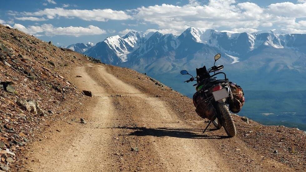 Top-cases souples d'une moto circulant en montagne