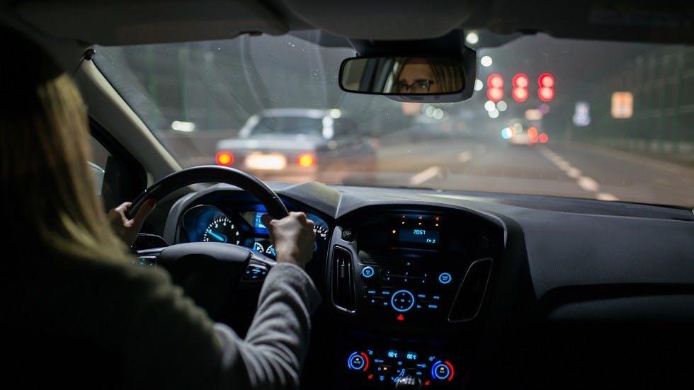 Conductrice circulant dans une automobile de nuit