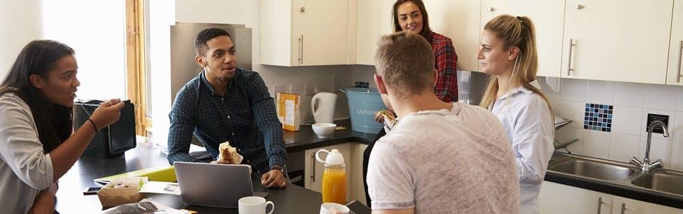 Groupe de colocataires prenant un petit-déjeuner ensemble