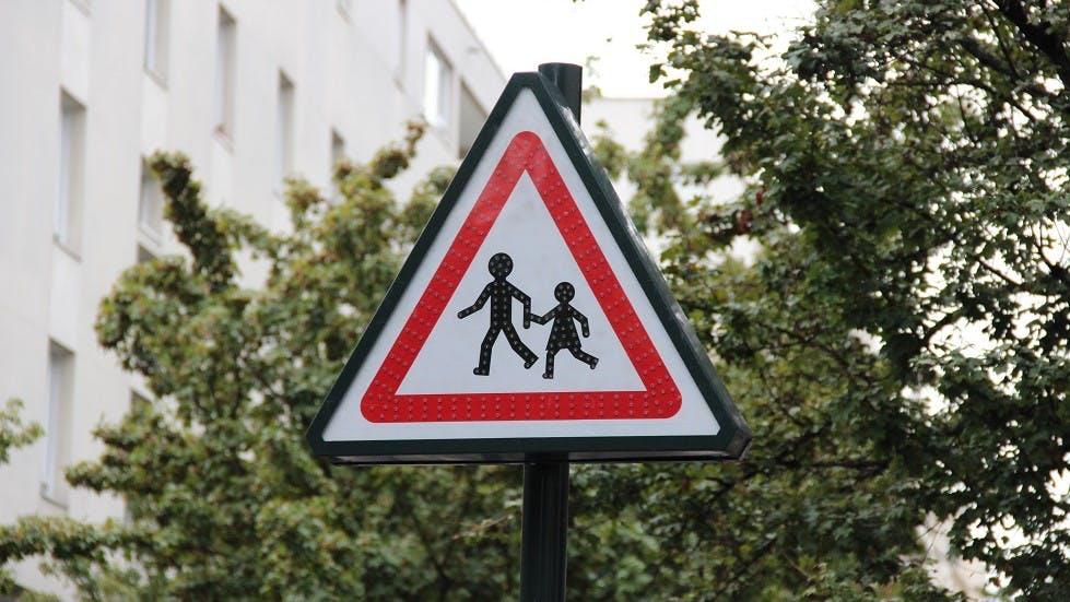 Panneau lumineux d'interdiction d'endroit fréquenté par des enfants