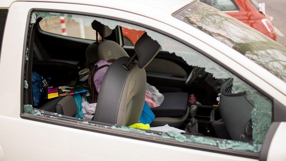 Vitre d'une automobile vandalisee