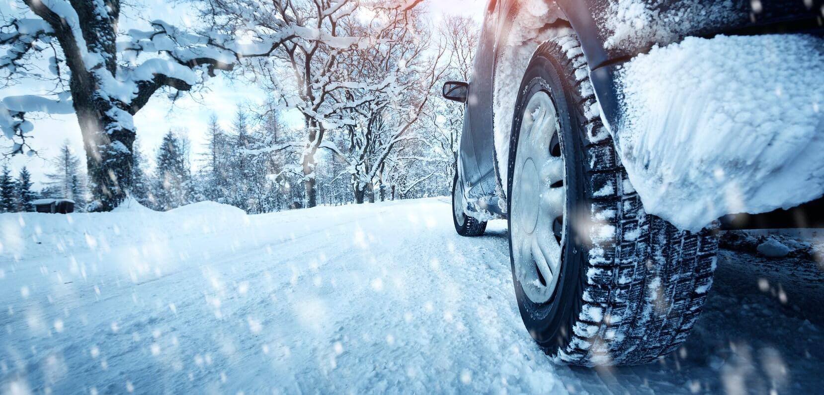 Photographie montrant une voiture équipée de pneus à neige