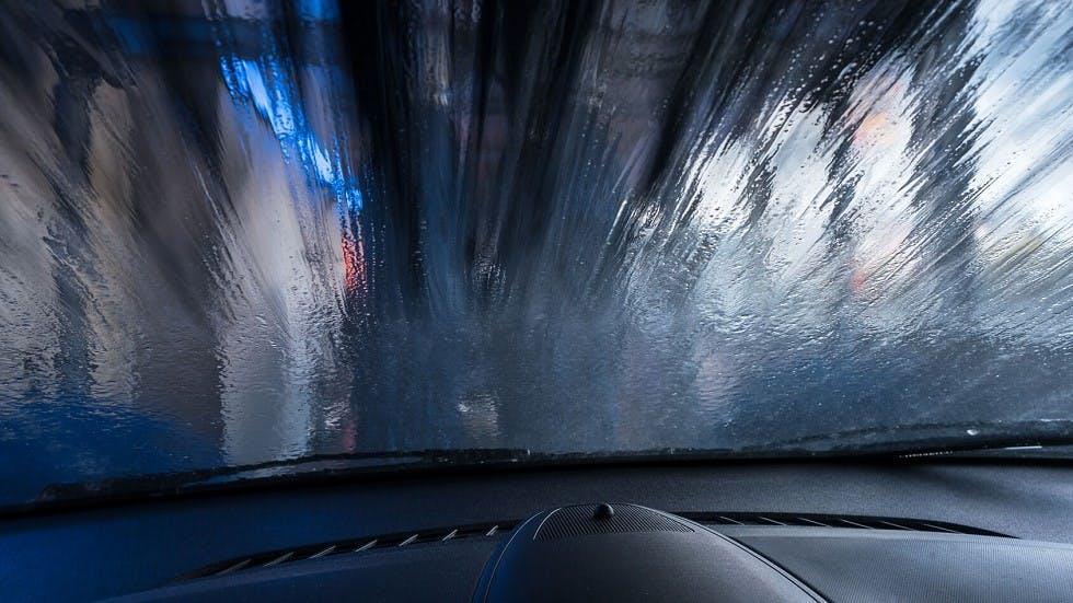 Nettoyage automatique du pare-brise avant d'une automobile