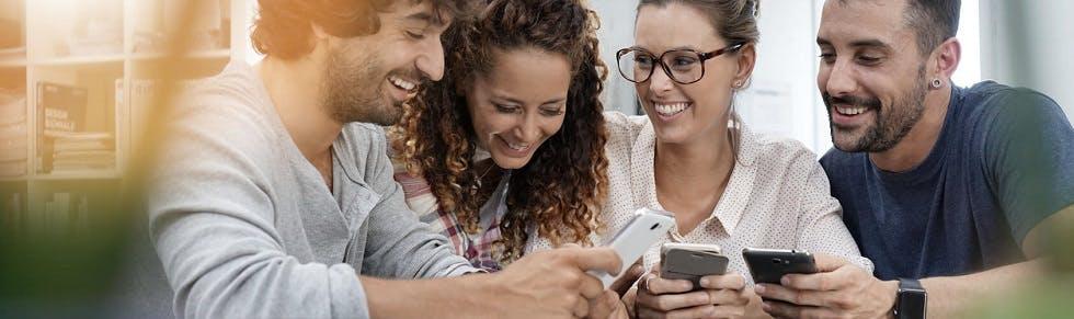 Groupe d'amis discutant de bons plans trouvés sur internet