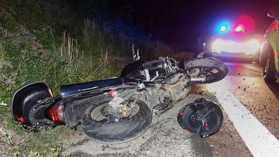 Moto ayant chute sur l'accotement de nuit hors agglomeration