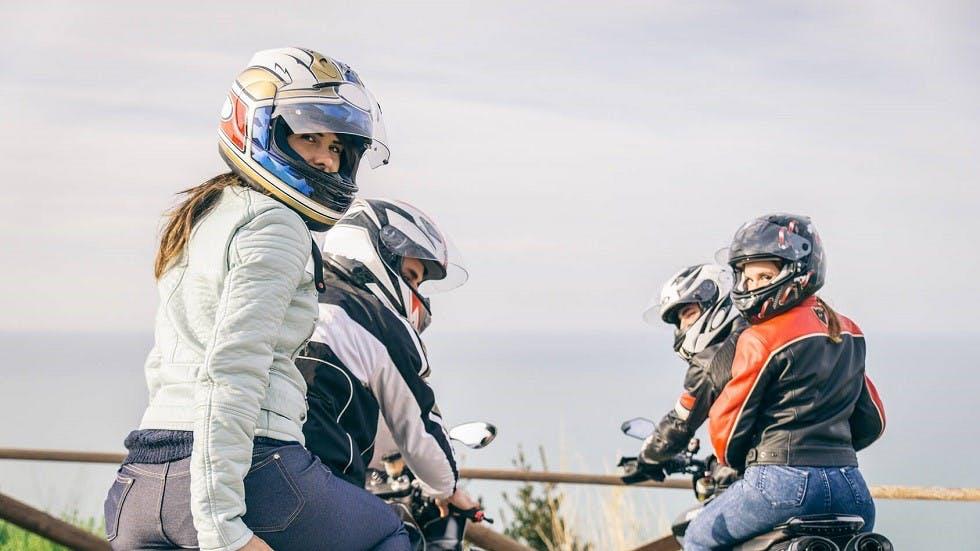 Groupe d'usagers de la route circulant a moto