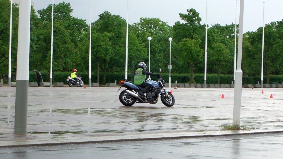 Epreuves du permis moto realise sous la pluie