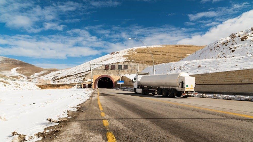 Camion preparant son entree dans un tunnel