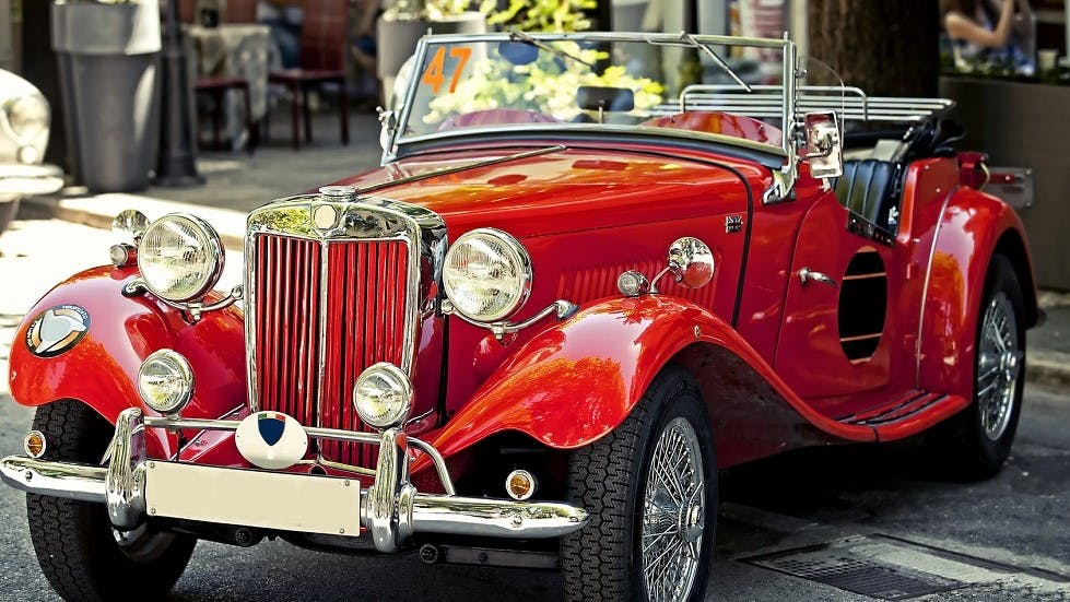 calandre d'une automobile de collection rouge