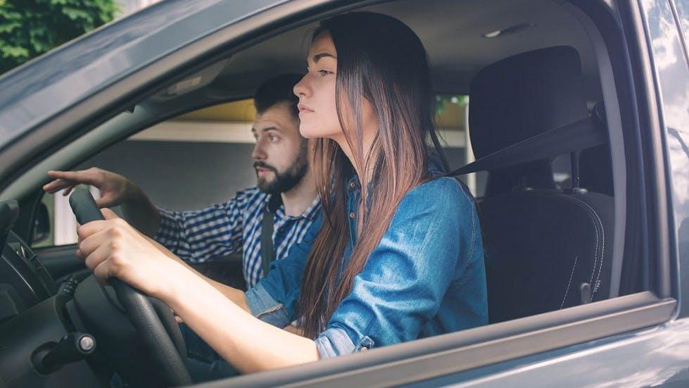 Formation d'une candidate au permis de conduire a l'arret de precision