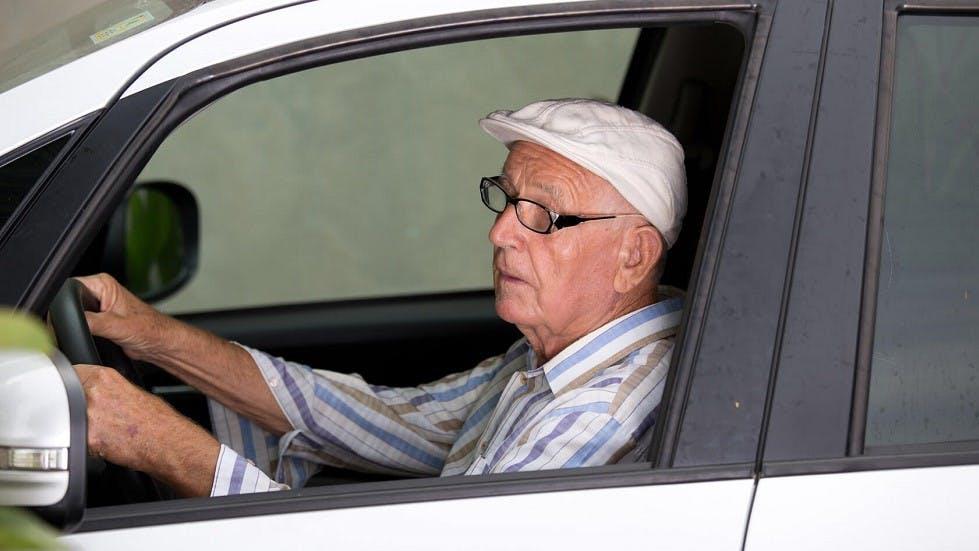 Conducteur senior portant des lunettes de vue