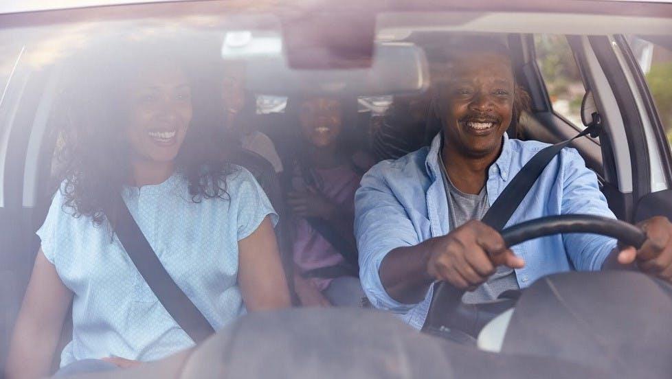Famille nombreuse installee dans une automobile