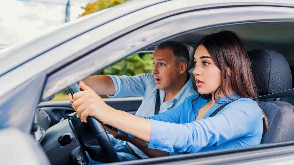 Jeune conductrice suivant une formation en conduite encadree
