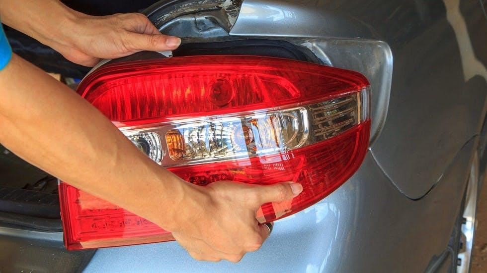 Changement des feux arriere d'une automobile