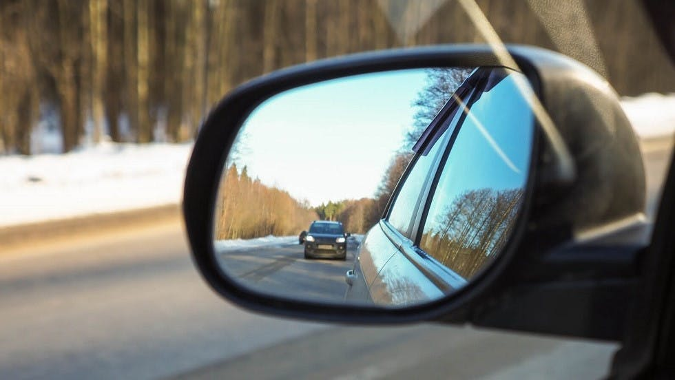 Automobile visible dans le retroviseur gauche d'une autre voiture