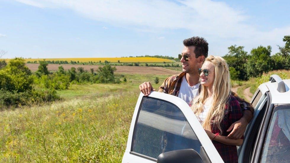 Couple sortant de son automobile stationnee sur un accotement