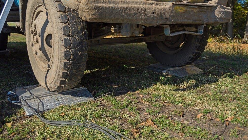 Camion passant sur des pese-essieux mobiles