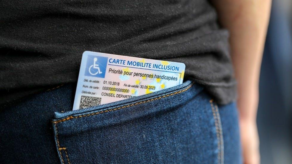 Carte mobilite inclusion dans la poche d'un conducteur