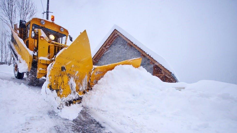 Deneigeuse liberant une route bloquee par la neige