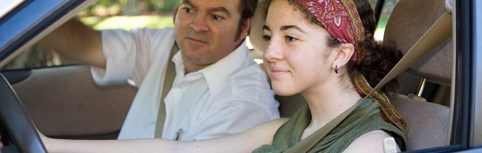 Jeune conductrice apprenant à conduire