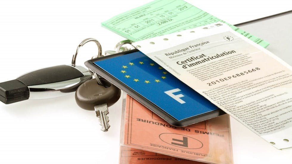 Certificat d'immatriculation, plaque, permis de conduire et certificat