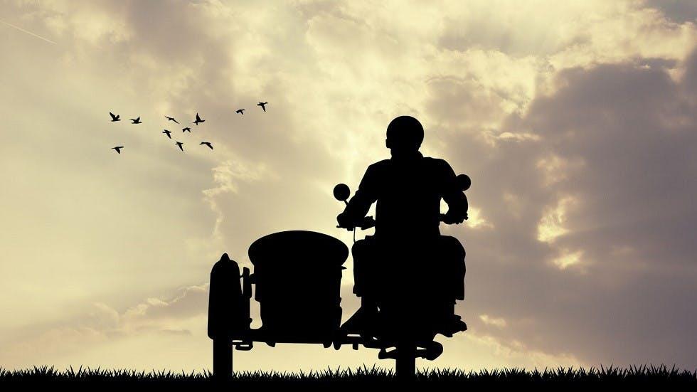 Moto et side-car devant un coucher de soleil