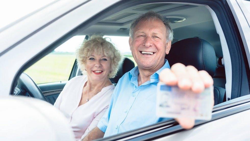 Couple de seniors presentant un permis de conduire