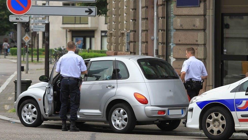 Policiers controlant un vehicule a l'arret