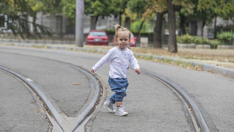 Fillette traversant une route seule