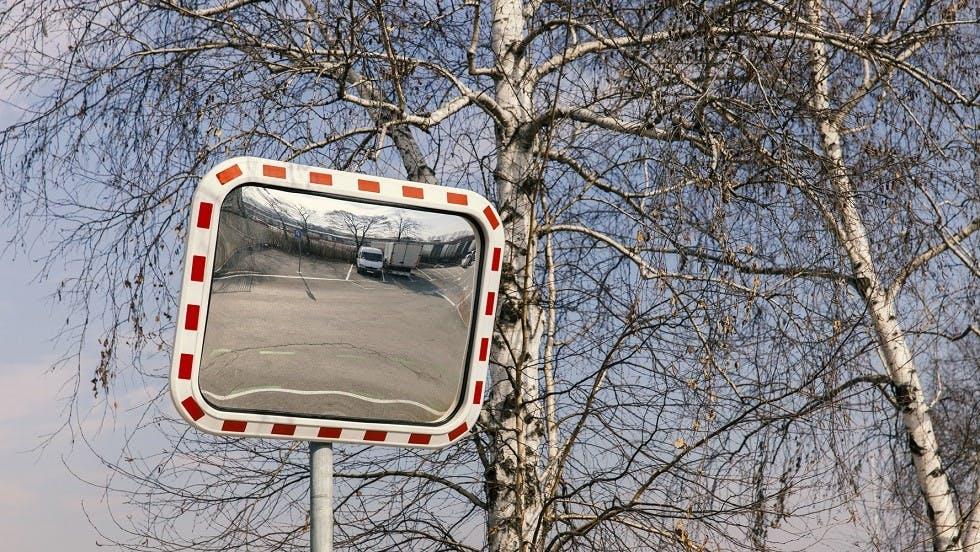 Miroir de surveillance positionne a une intersection