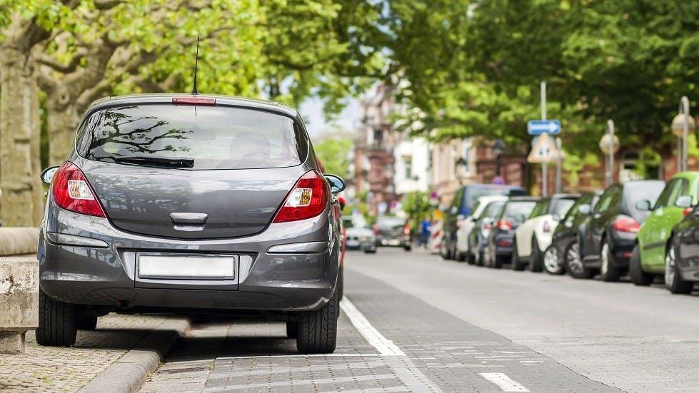 Automobiles stationnees sur un trottoir