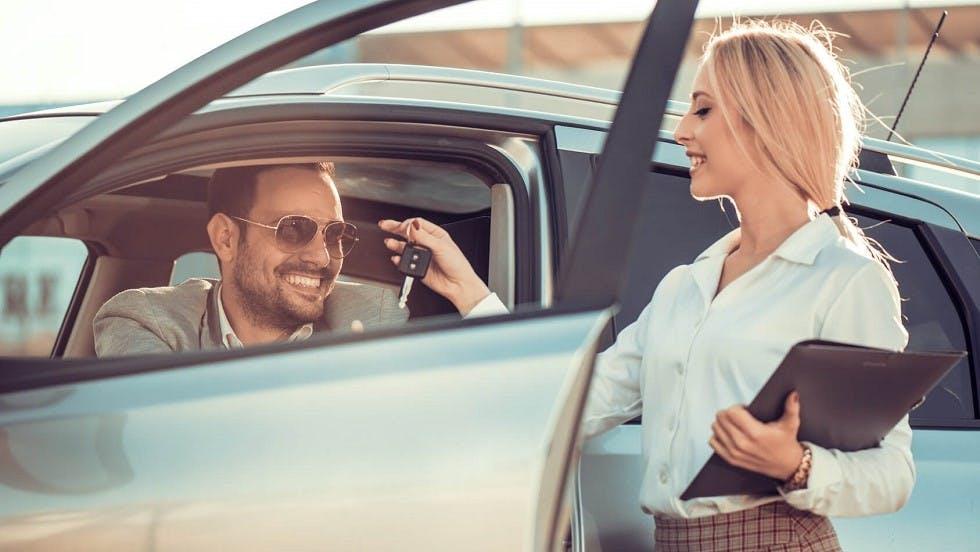 Automobiliste finalisant l'achat d'un vehicule neuf