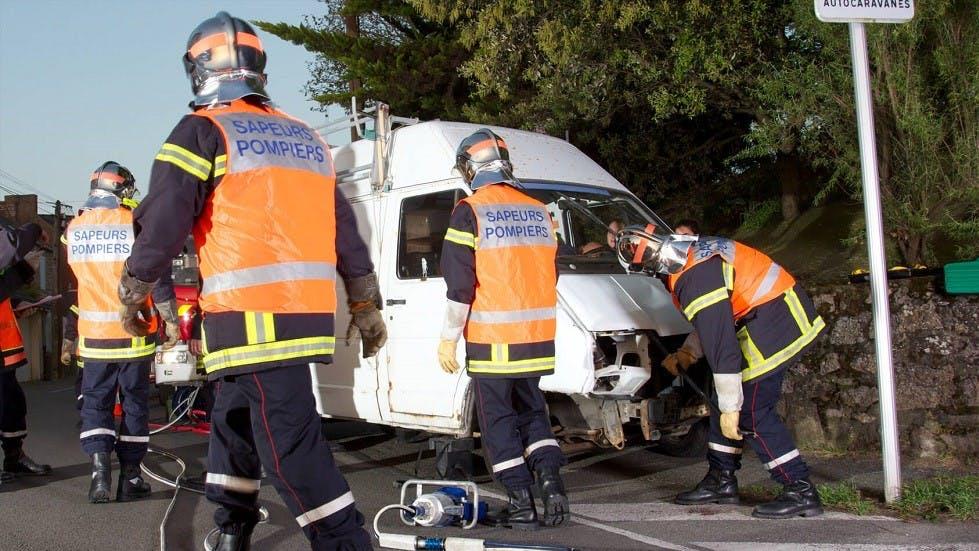 Pompiers constatant les degats sur une camionnette blanche suite a un accident de la route