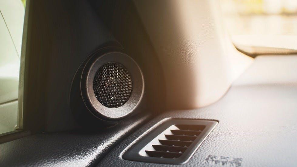 Dispositifs audio integres dans l'habitacles des vehicules