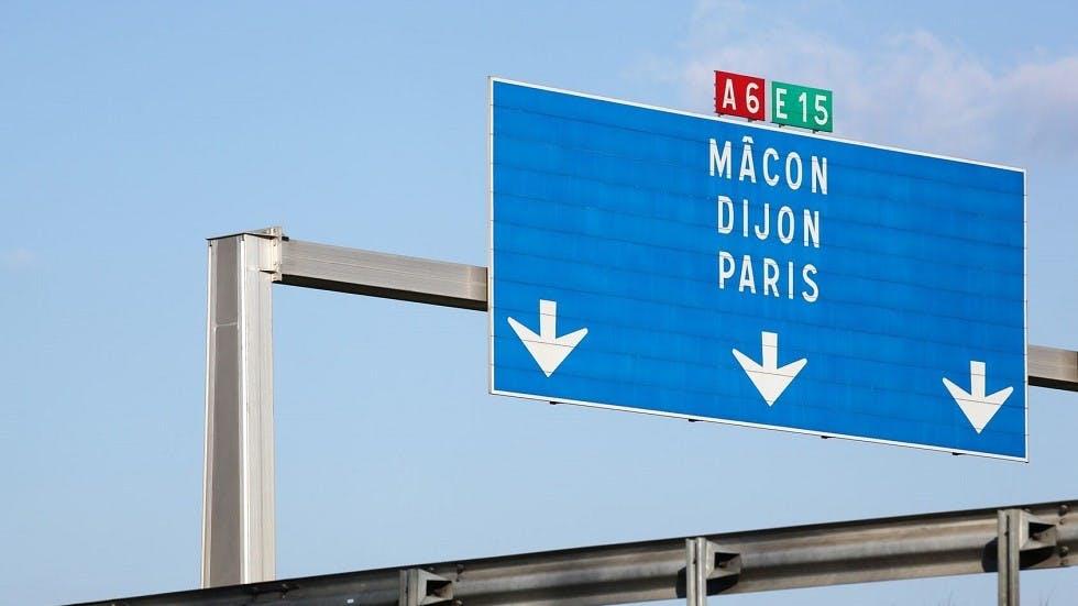 Panneaux de signalisation d'une autoroute en France