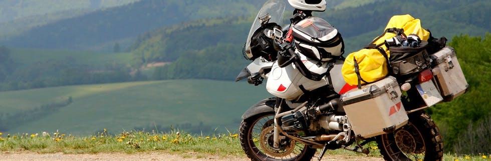 Moto avec des valises de rangement