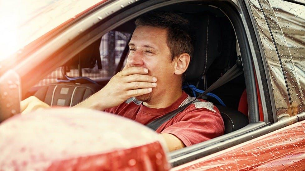 Automobiliste baillant dans son vehicule