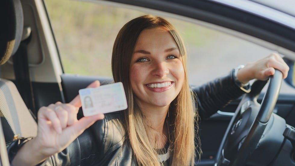 Conductrice presentant son permis de conduire au format securise
