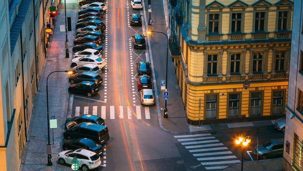 Automobiles stationnees de nuit en agglomeration