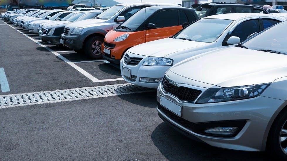 Differentes categories d'automobiles stationnees sur un parking