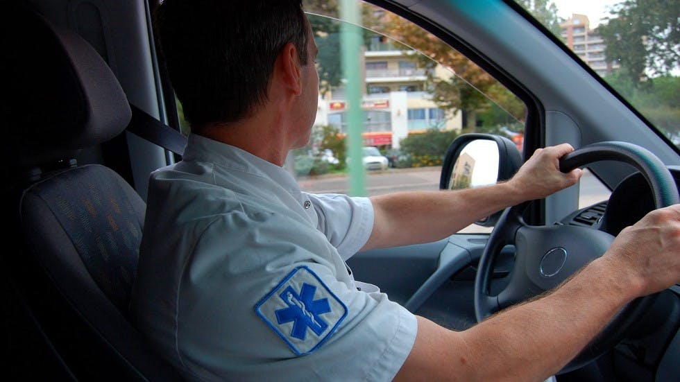 Ambulancier circulant au volant de son vehicule d'intervention