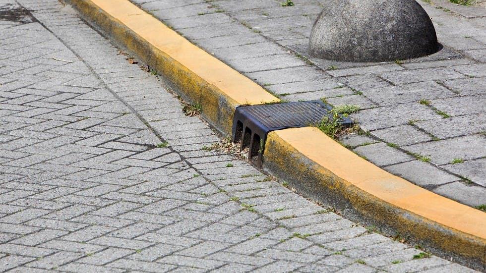 Section de trottoir comprenant un marquage au sol permanent jaune