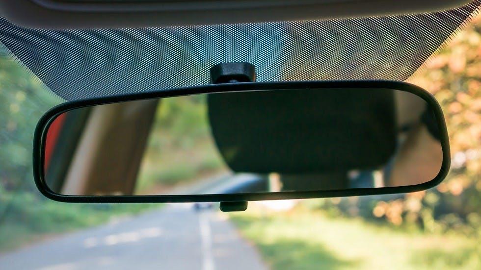 Pointillage sombre du retroviseur interieur permettant de laisser passer les ondes