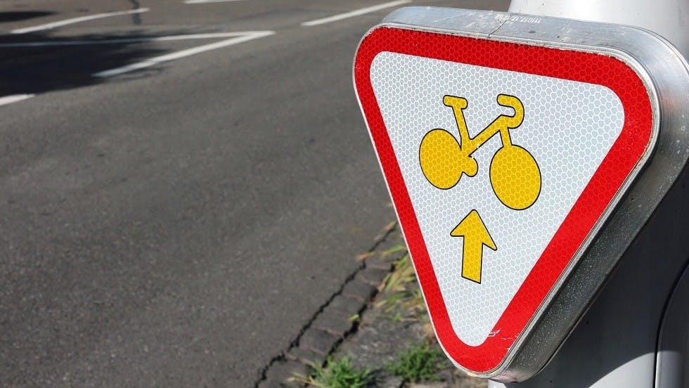 Panneau d'autorisation d'aller tout droit au feu pour les cyclistes