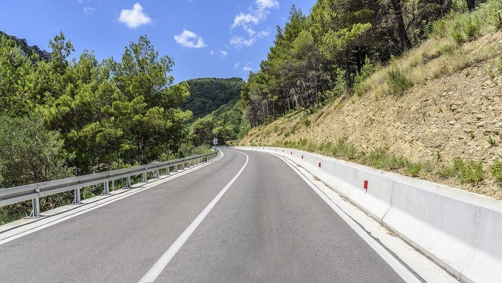 Glissiere betonnee protegeant un bord de route